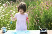 Autistična devojčica oduševljava svet svojim slikama