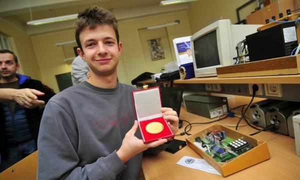Stefan sa svojom medaljom. Foto: R. Getel