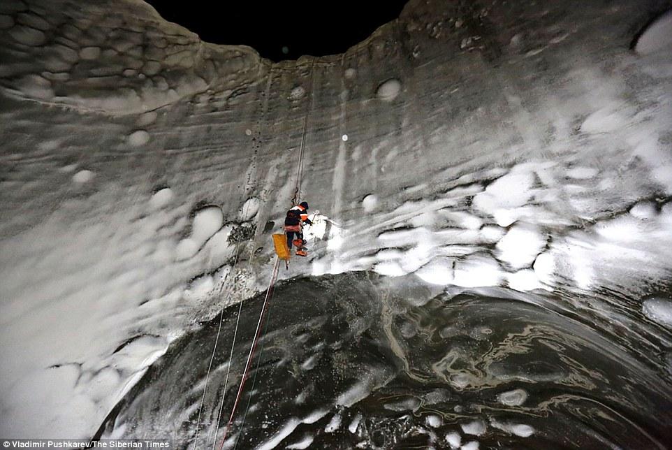 Naučnici se spuštaju u krater. Foto: Daily mail