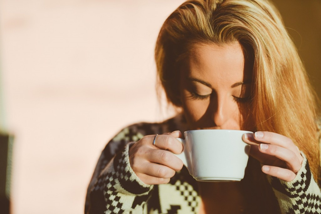 devojka-pije-kafu
