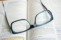 Zašto ljudi sa naočarima izgledaju pametnije?